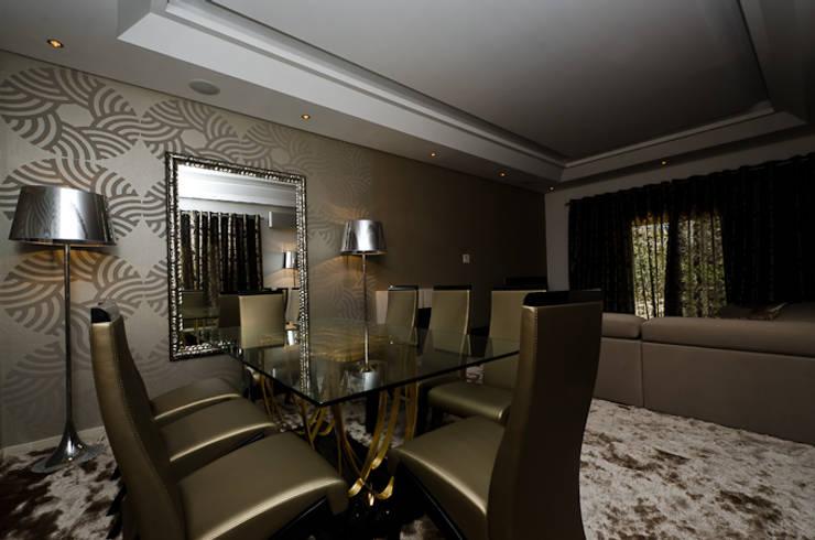 Interior Design Project - Almancil - The Crest: Sala de jantar  por Simple Taste Interiors