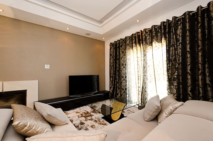 Interior Design Project - Almancil - The Crest: Sala de estar  por Simple Taste Interiors