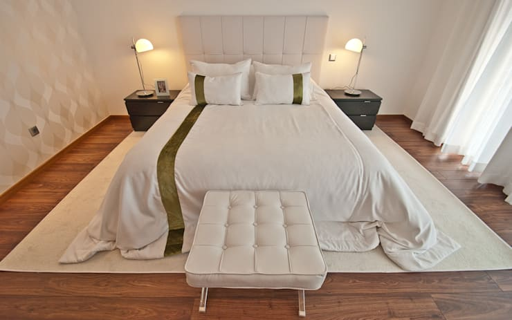 Interior Design Project – Villa Silver Coast: Quarto  por Simple Taste Interiors