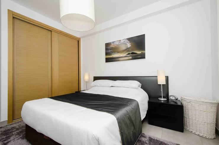 Interior Design Project - Apartment Albufeira: Quarto  por Simple Taste Interiors