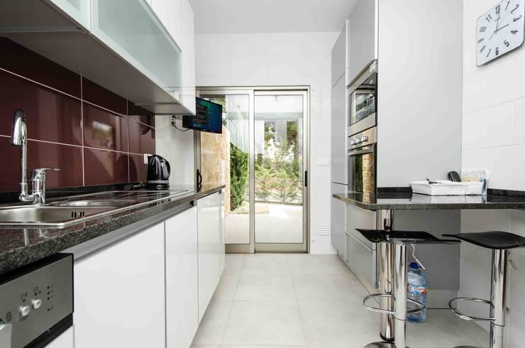Interior Design Project - Apartment Albufeira: Cozinha  por Simple Taste Interiors