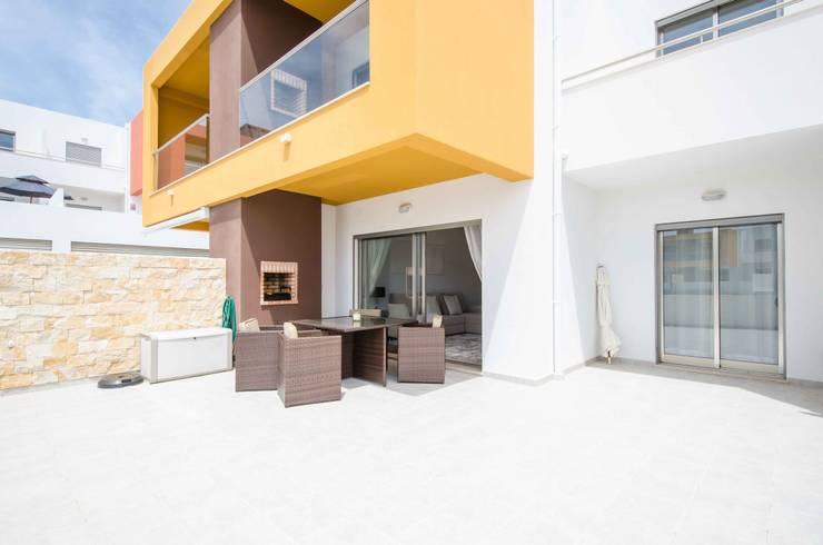 Interior Design Project - Apartment Albufeira: Varanda, marquise e terraço  por Simple Taste Interiors
