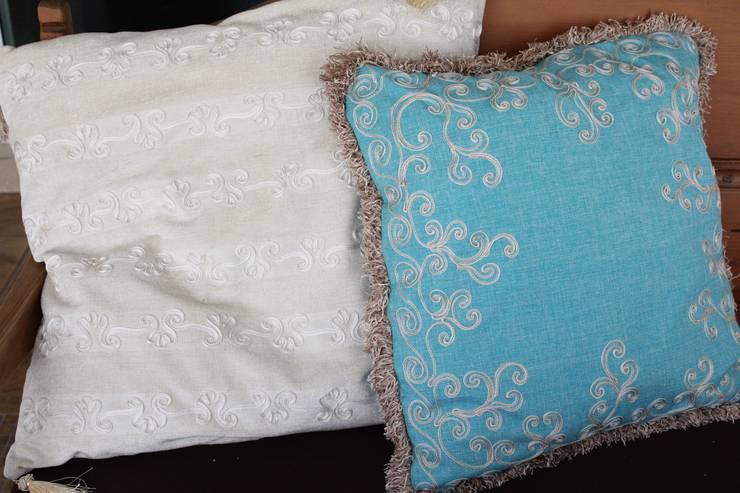 Hand embroidered cushions: Salas de estilo  por Kamala