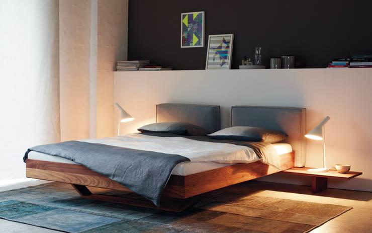 Dormitorios de estilo  por [more] Bernhard Müller GmbH