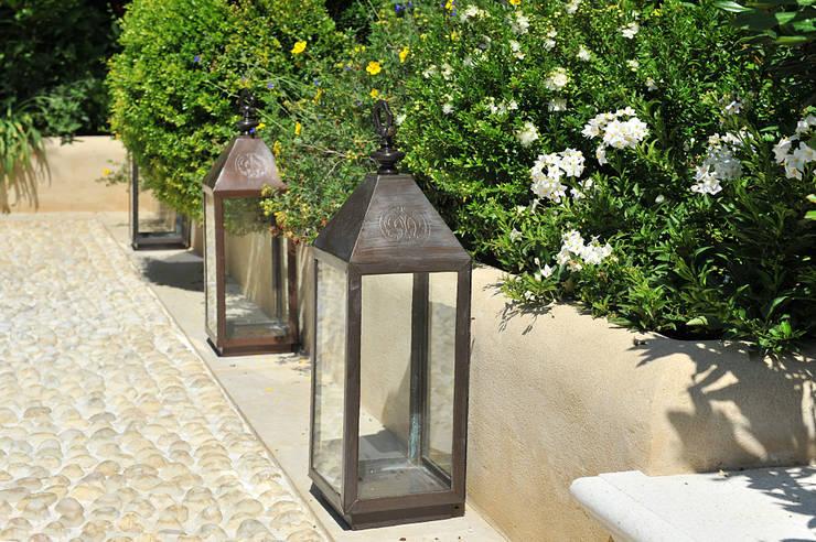 Cura dei dettagli: Giardino in stile  di Giardini Giordani