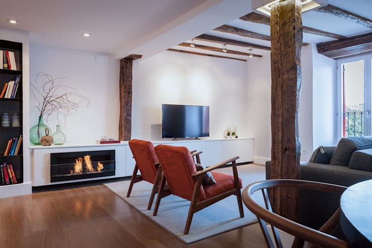 Гостиная в . Автор – Estibaliz Martín Interiorismo, Модерн Твердая древесина Многоцветный