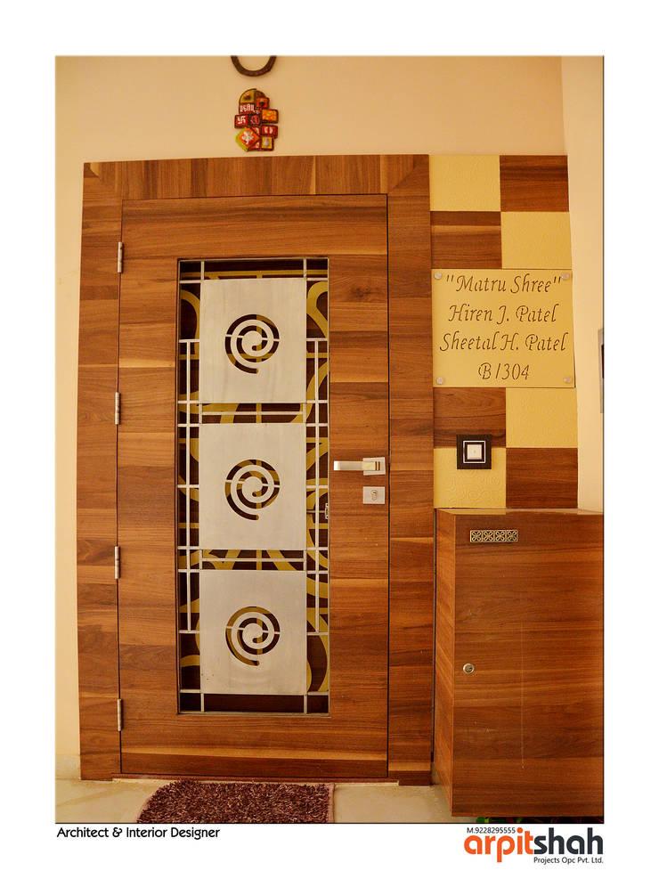 Hirenbhai@Gandhinagar:  Corridor, hallway & stairs  by ARPIT SHAH PROJECTS OPC PVT LTD.