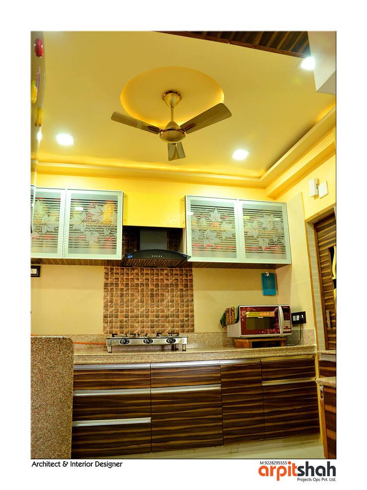 Hirenbhai@Gandhinagar:  Kitchen by ARPIT SHAH PROJECTS OPC PVT LTD.