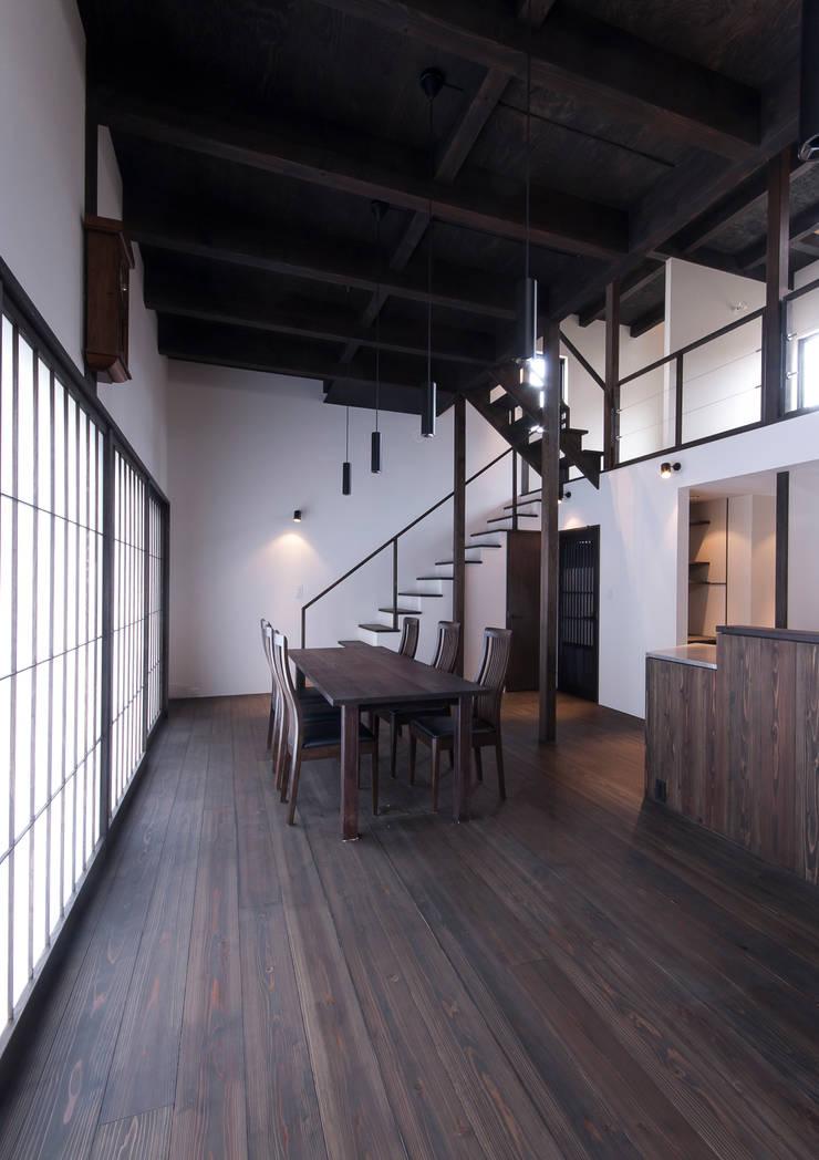 スキップフロアを使った大家族の家/みんなの家: 森村厚建築設計事務所が手掛けたリビングです。