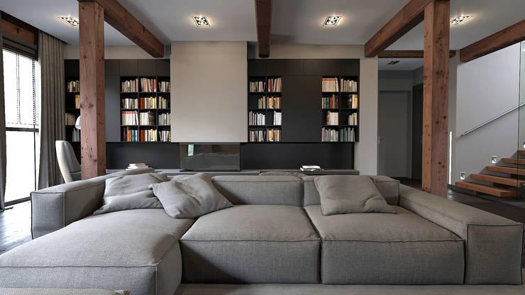 Минималистичный интерьер двухэтажного дома из клееного бруса для семейной пары: Гостиная в . Автор – EcoHouse Group