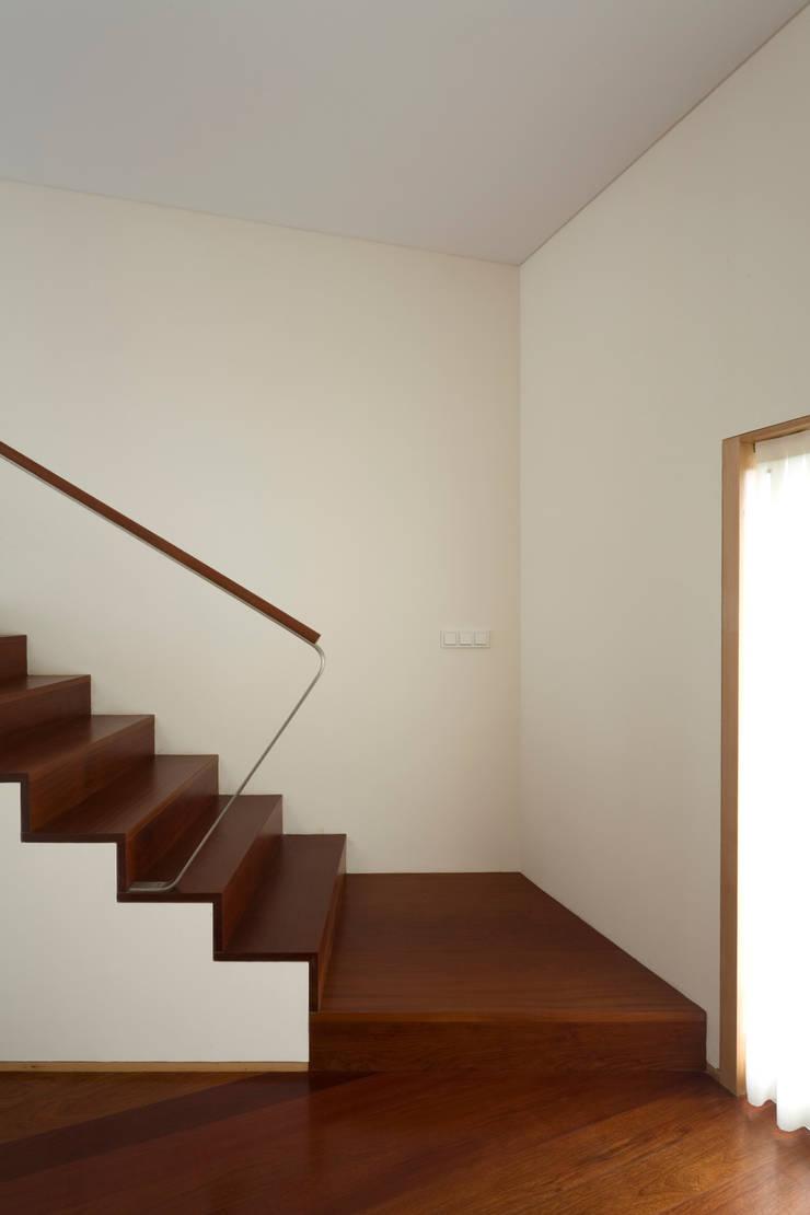 Couloir, entrée, escaliers modernes par ABPROJECTOS Moderne
