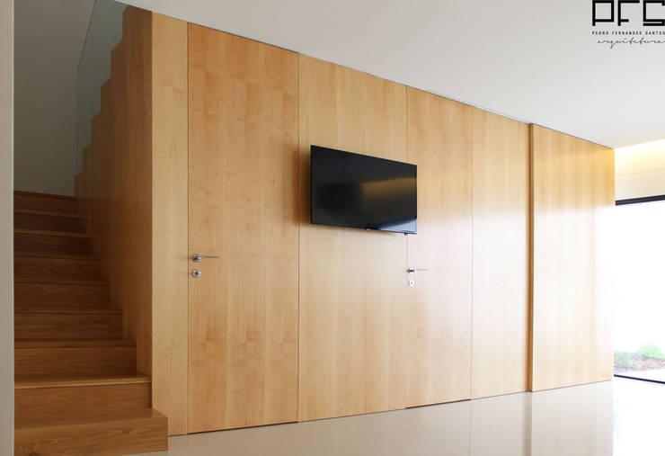 CASA JA_PÓVOA DE VARZIM_2015: Salas de estar  por PFS-arquitectura