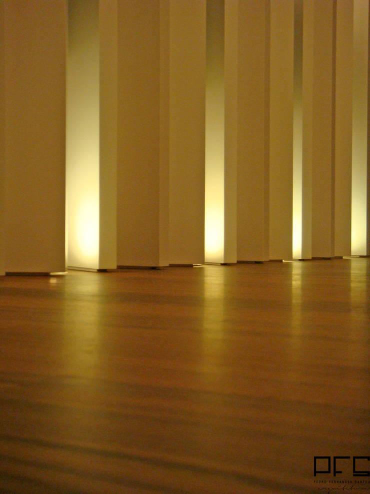 APARTAMENTO GC_PÓVOA DE VARZIM_2009: Corredores e halls de entrada  por PFS-arquitectura