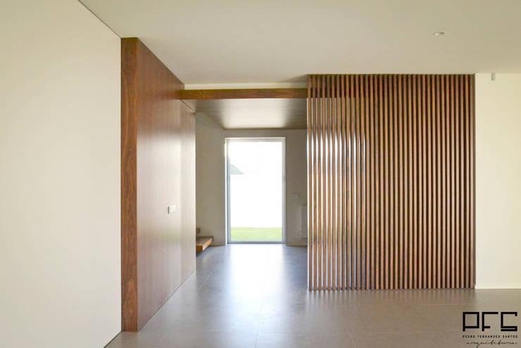 CASA RM_PÓVOA DE VARZIM_2013: Corredores e halls de entrada  por PFS-arquitectura