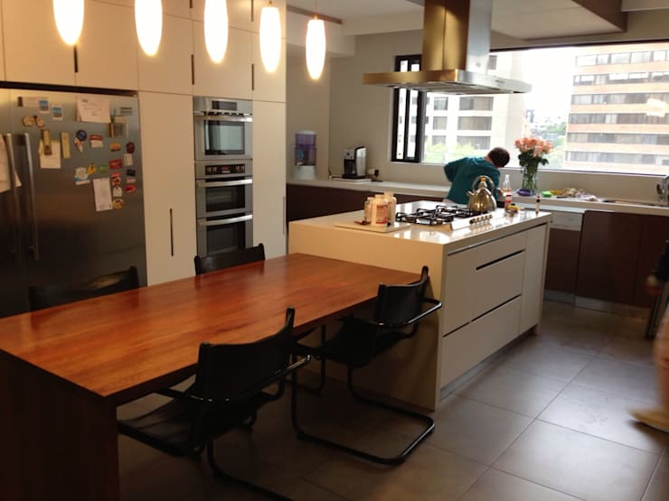 PROYECTO MOBILIARIO. COMEDOR CASA: Cocinas de estilo  por La Carpinteria - Mobiliario Comercial