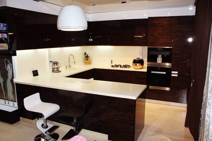 Кухня с островом: Кухня в . Автор – URBAN wood
