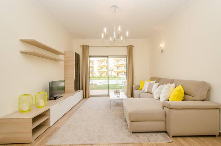 Turn Key Project - Apartment in Albufeira: Sala de estar  por Simple Taste Interiors
