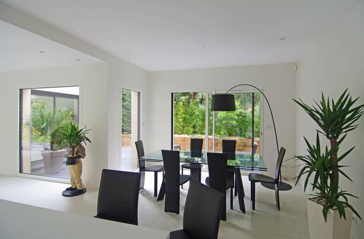 Salon - salle à manger: Salle à manger de style de style Moderne par Pierre Bernard Création