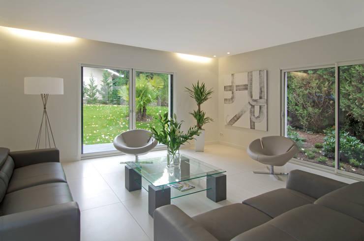 Salon: Salon de style de style Tropical par Pierre Bernard Création