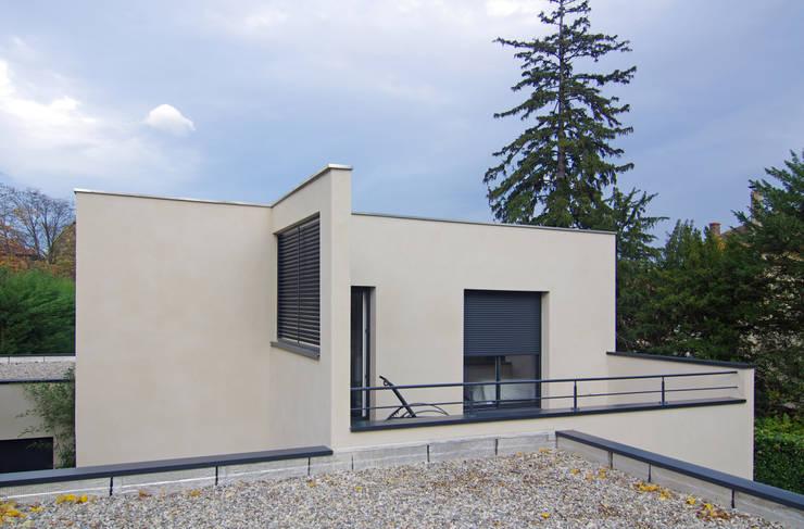 Toit terrasse et façade extérieure: Maisons de style de style Moderne par Pierre Bernard Création
