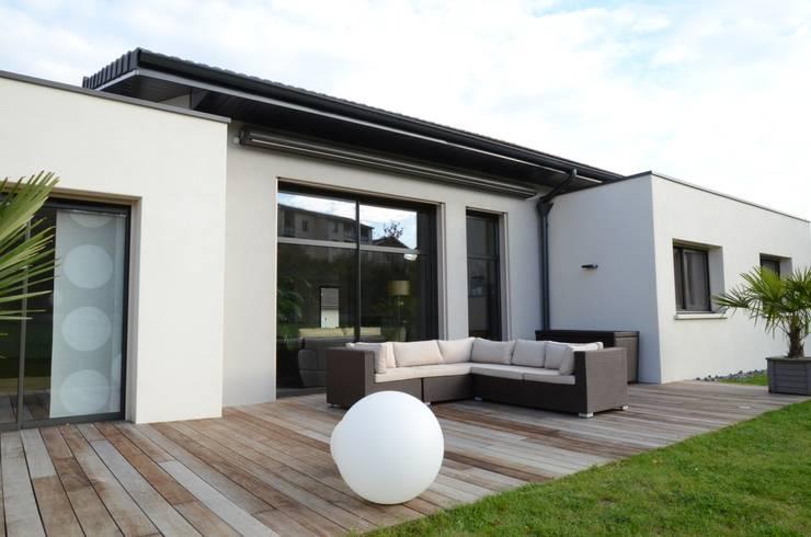 Terrasse bois et facade: Terrasse de style  par Pierre Bernard Création