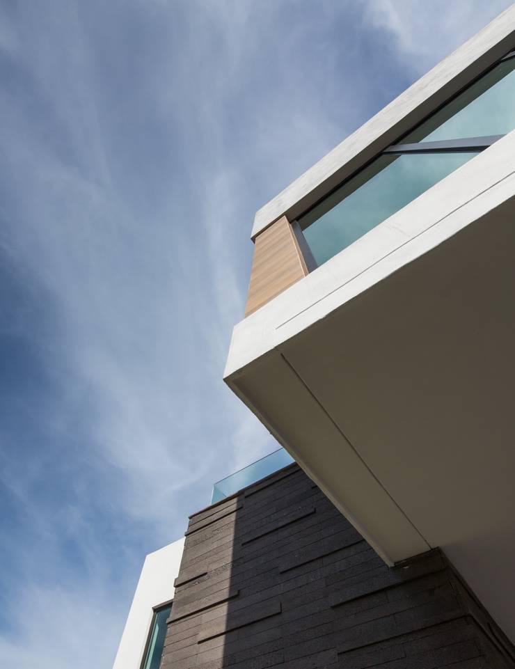 Detalle de exterior: Casas de estilo  por URBN