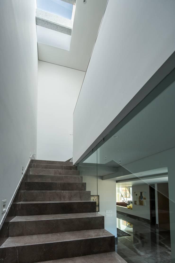 Escaleras: Pasillos y recibidores de estilo  por URBN