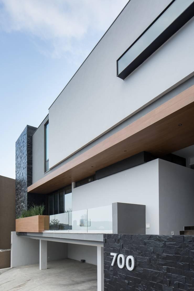 Fachada: Casas de estilo  por URBN