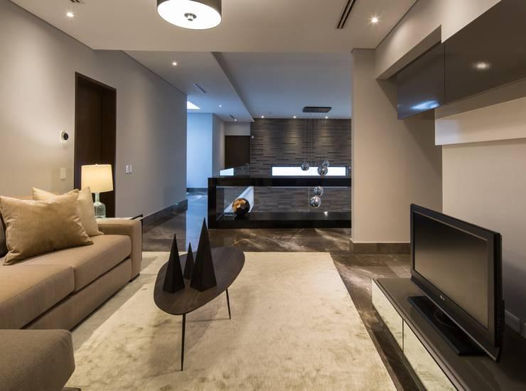 Sala: Vestíbulos, pasillos y escaleras de estilo  por URBN