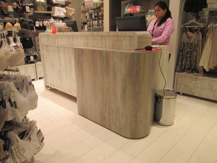 PROYECTO MOBILIARIO. TIENDA: Oficinas y Tiendas de estilo  por La Carpinteria - Mobiliario Comercial
