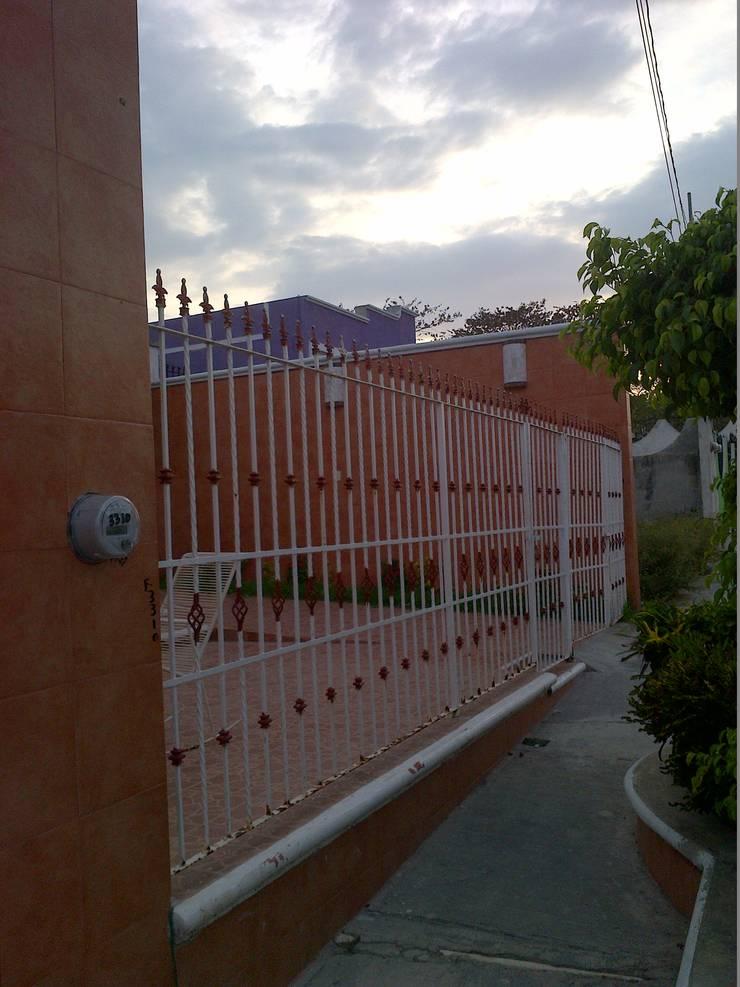 Fachada principal antes de la intervención:  de estilo  por RecreARQ Construcciones
