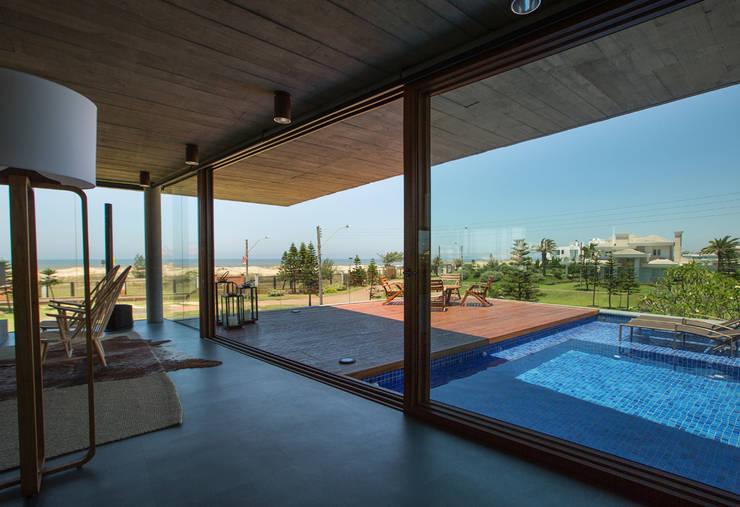 Casa La Plage: Piscinas modernas por Stemmer Rodrigues