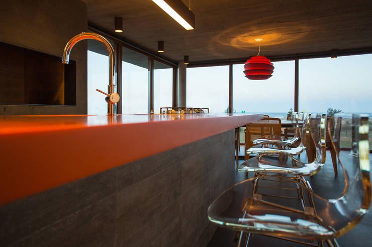 Casa La Plage: Cozinhas modernas por Stemmer Rodrigues