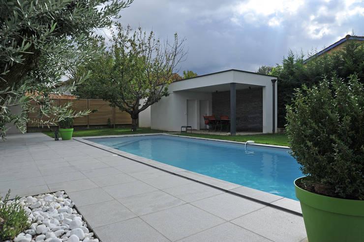 Piscine et pool house: Piscines  de style  par Pierre Bernard Création