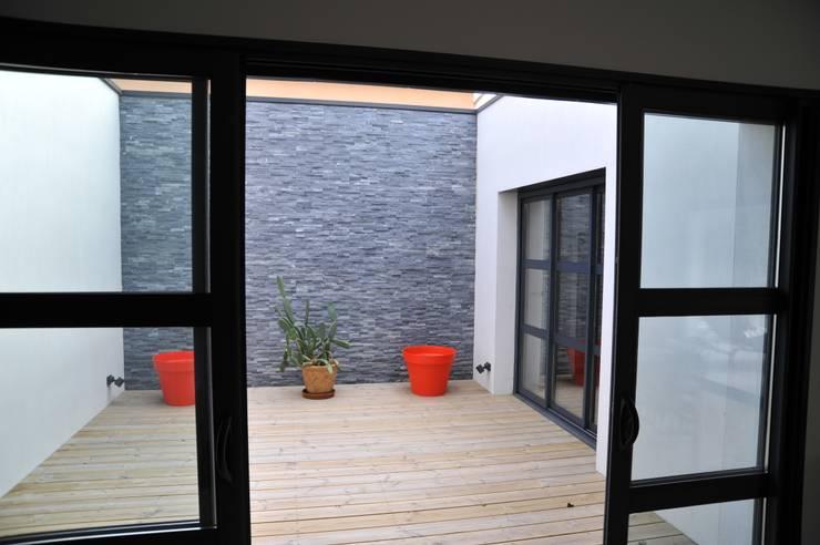 Terrasse intérieure bois: Terrasse de style  par Pierre Bernard Création