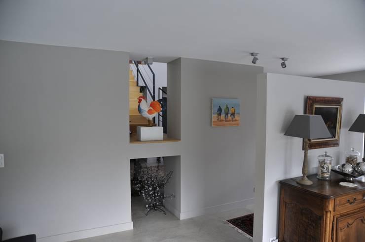 Couloir d'entrée: Couloir et hall d'entrée de style  par Pierre Bernard Création