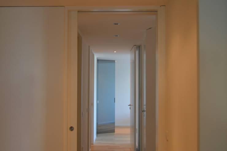 Apartamento Gaia: Corredores e halls de entrada  por Melom Cool