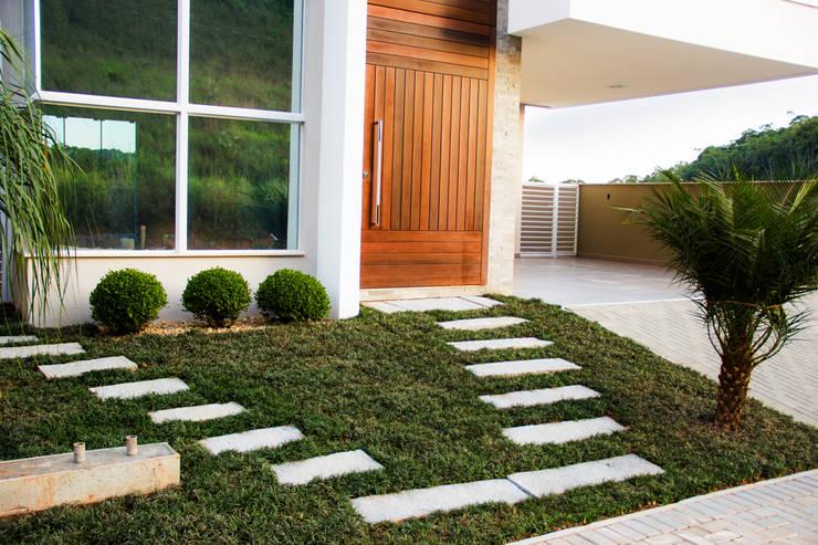 Casa QE148: Jardins  por Cecyn Arquitetura + Design
