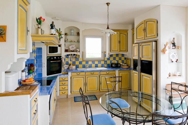 Cucina in stile in stile Mediterraneo di Pierre Bernard Création