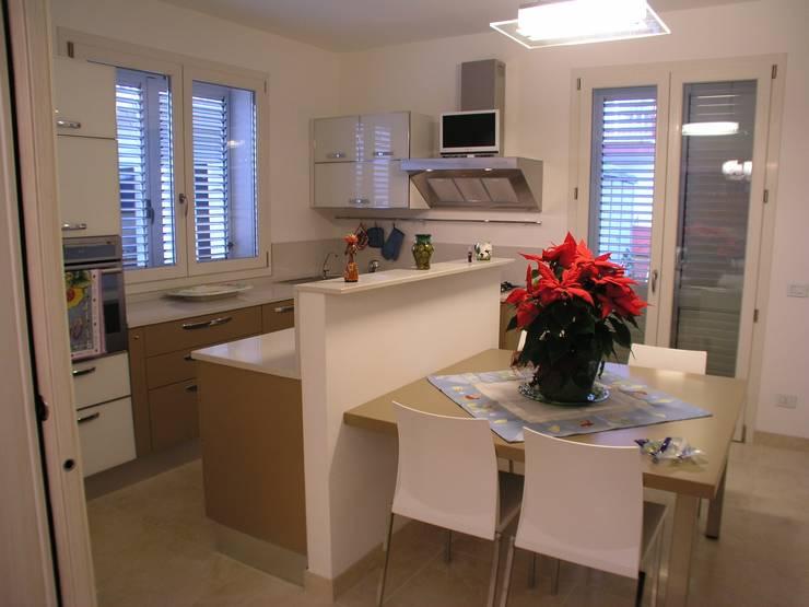 Casa indipendente: Cucina in stile in stile Moderno di Criscione Arredamenti