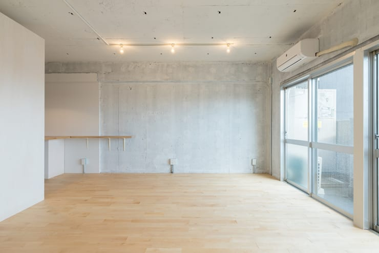 Renovation in Meidai-mae:  Living room by Kentaro Maeda Architects,