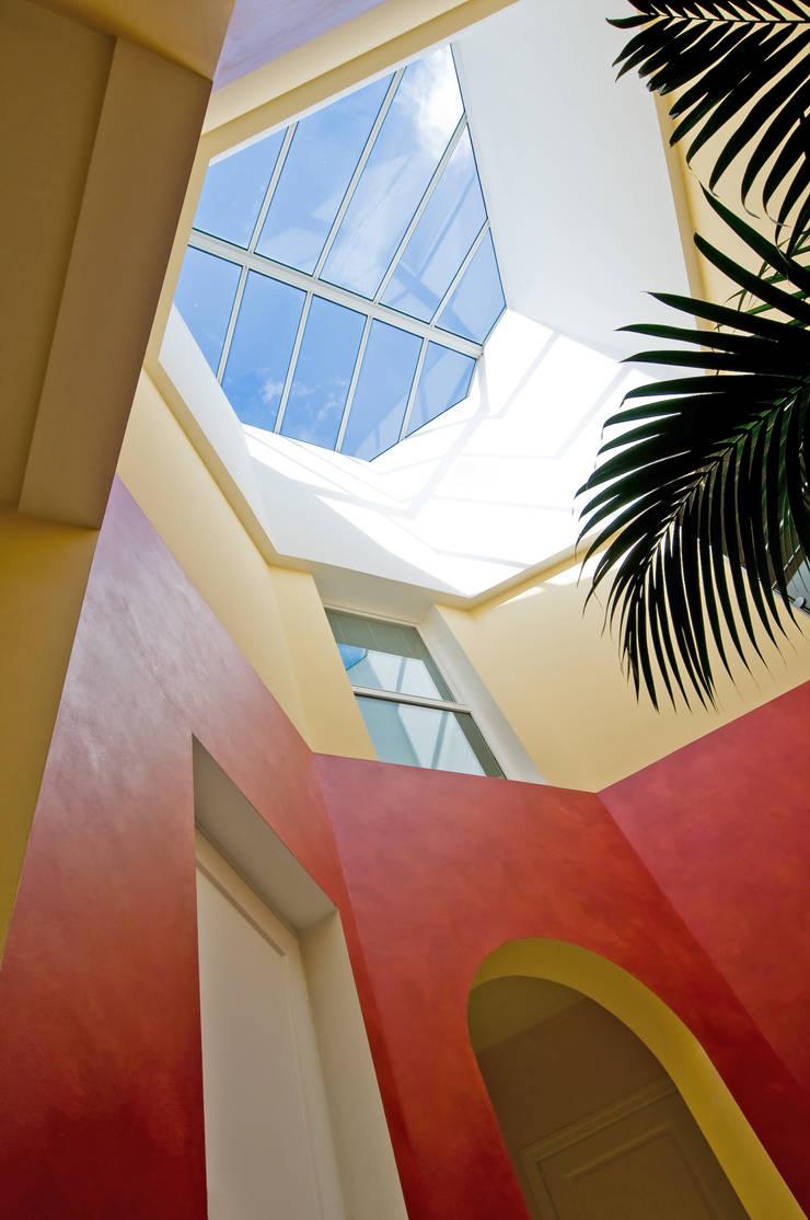 Toit vitré: Murs de style  par Pierre Bernard Création,