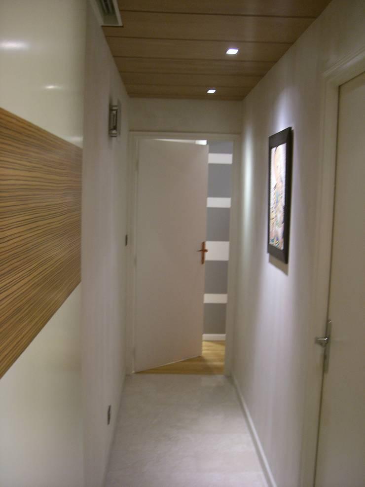 Couloir qui mene à la chambre: Couloir et hall d'entrée de style  par Pierre Bernard Création,