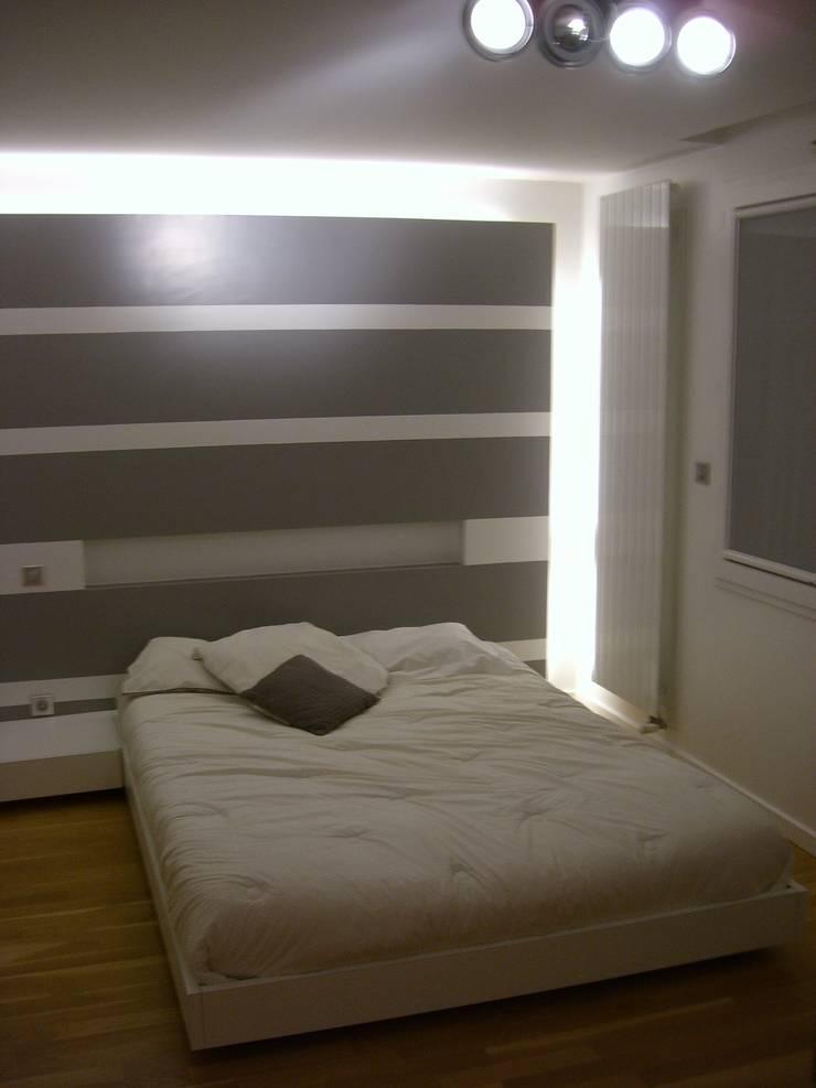 Chambre moderne grise et blanche: Chambre de style  par Pierre Bernard Création,