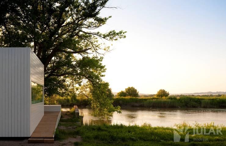 Treehouse Riga: Casas minimalistas por Jular Madeiras