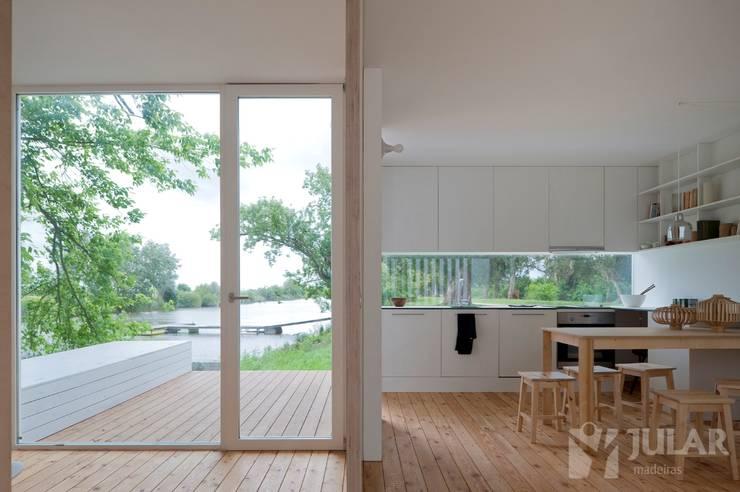 Treehouse Riga: Cozinhas minimalistas por Jular Madeiras