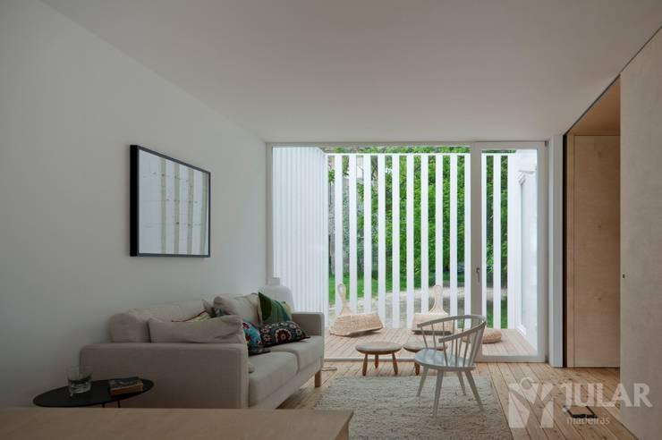 Treehouse Riga: Salas de estar minimalistas por Jular Madeiras
