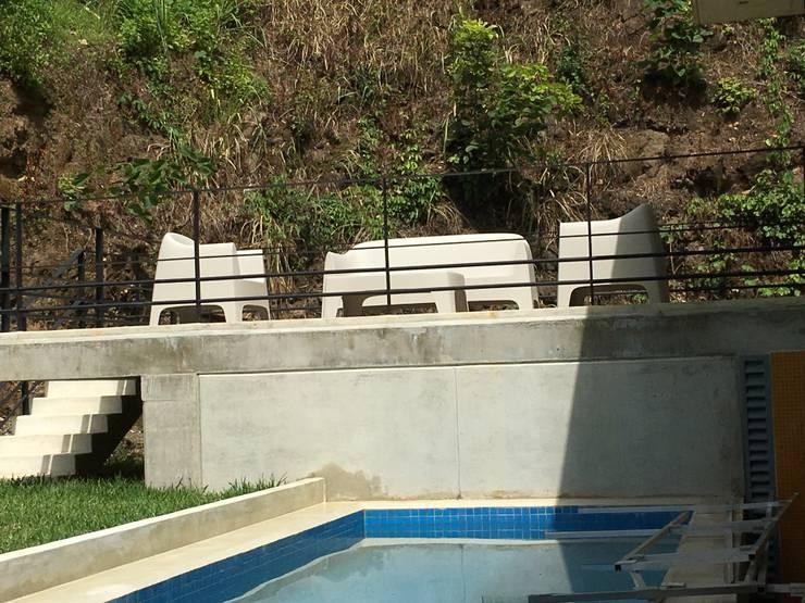 Casa Barquisimeto: Terrazas de estilo  por THE muebles