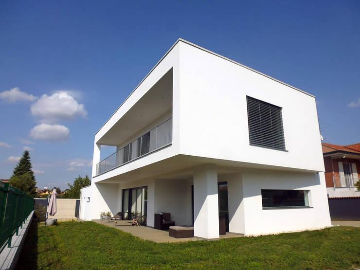MONO C+P | outdoor living space: Terrazza in stile  di Studio GIOLA | Casorezzo MI