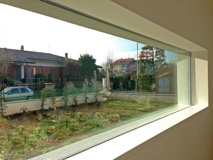 MONO C+P | lama di vetro: Finestre in stile  di Studio GIOLA | Casorezzo MI